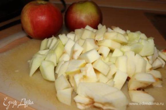 Готовим карамельные яблочки: яблоки очистить и порезать кубиками.