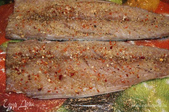 Скумбрию вымыть, удалить голову, внутренности и хребет. Вымыть и обсушить одноразовым полотенцем. При помощи пинцета удалить все косточки. Много времени это не занимает, так как костей немного и они легко прощупываются. Посыпаем скумбрию солью, перцем, специями для рыбы и желатином.
