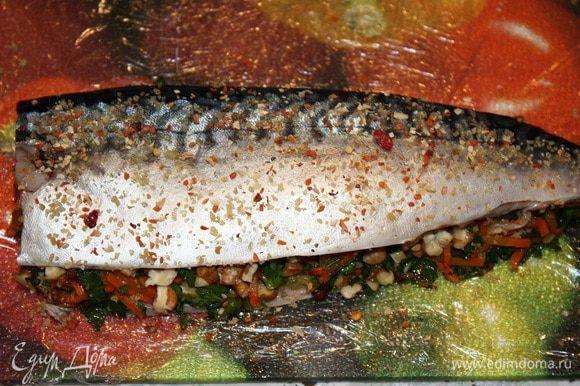 Выкладываем начинку. Немного орехов, затем овощи и опять орехи. Накрываем второй половиной рыбы. Прижимаем.