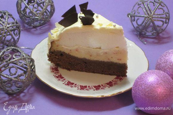 Намазать бока кремом, украсить лепестками миндаля. Верх торта смазать кремом. Шоколад разломать по намеченным линиям на треугольники, украсить верх торта. Посыпать серебряными бусинками. Поставить в холодильник на 2-3 часа.