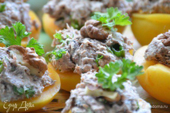 На половинки абрикосов выложить мусс, посыпать рублеными орехами, украсить зеленью. Приятного аппетита!
