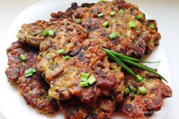 Подавать как самостоятельное блюдо со сметаной или с гарниром.