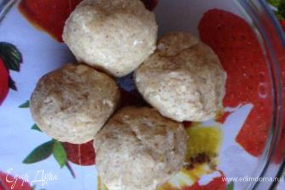 Замесить гладкое тесто, разделить на 4 равные части, накрыть пищевой пленкой и отправить в холодильник на пару часов.