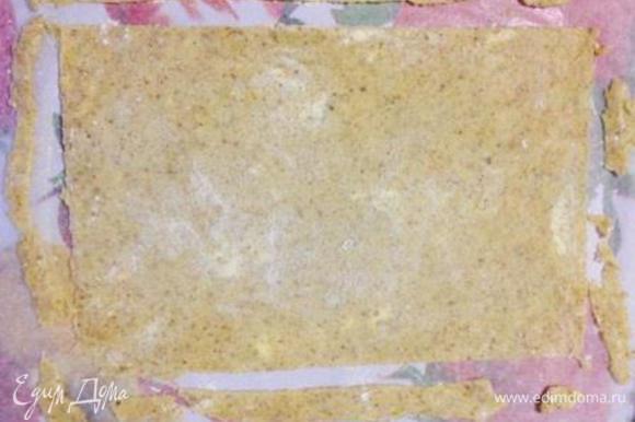 Раскатать 1 шарик теста на присыпанном мукой пергаменте, обрезать под нужный размер и перенести вместе с пергаментом и обрезками в разогретую до 180 духовку. Выпекать примерно 10 мин. до золотистости (ориентируйтесь по своей духовке).