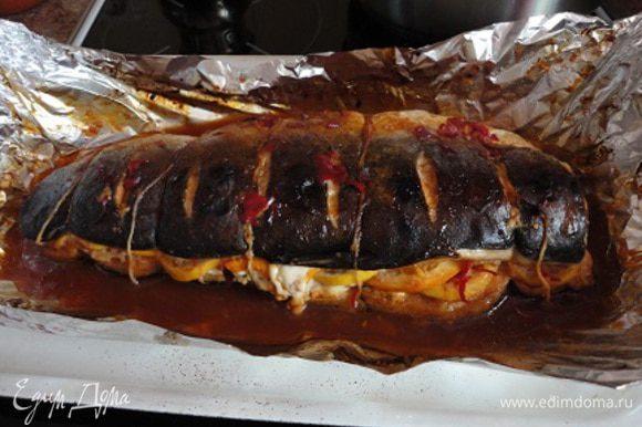 Готовую рыбу слегка остудить, удалить нити и гарнировать и подавать по своему усмотрению. Возможен такой рецепт: сварить рис. Нагреть оливковое масло в сковороде и обжарить мелко нарезанный лук и перец (нарезанный мелкими кубиками) в течение 5 минут. Добавить кукурузу, рис и хорошо перемешать.