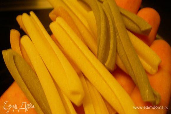 Доводим суп до кипения. Добавляем пасту (у меня были вот такие крупные макароны). Помешиваем. Снимаем суп с огня.