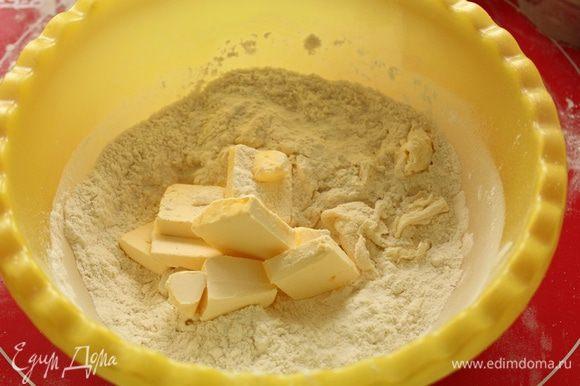 Для теста: просеять муку с разрыхлителем, добавить сахар, сметану, размягченное масло.