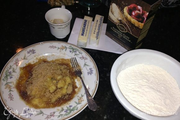 Наши ингредиенты. Натереть лимон на мелкой терке и смешать с сахаром. Мясорубка в данном рецепте не помощник — все испортит. Я использовала сыпучий крупный коричневый сахар.