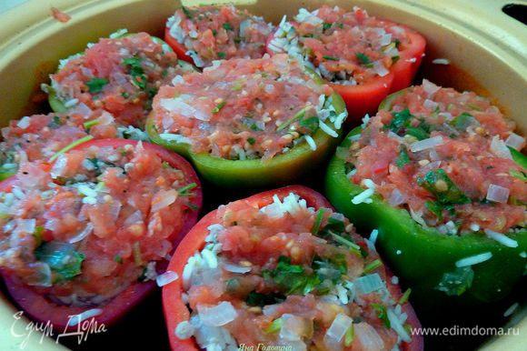 Перцы поставить в кастрюлю и в каждый налить по 2 столовые ложки соуса.