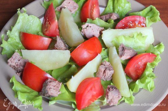 Консервированного тунца поломайте на кусочки, помидоры нарежьте дольками или кусочками. Эффектнее этот салат выглядит с половинками помидоров черри... Добавьте фасоль, тунца и помидоры к остальным ингредиентам на блюдо.