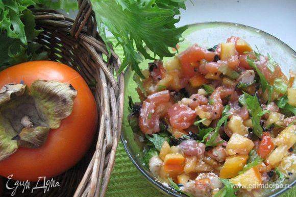 Перемешать все составляющие (кроме орешков). Приготовить заправку из смеси оливкового масла, лимонного сока и меда. Перемешать с салатом.