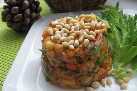 Оформить с помощью кольца, посыпать сверху орешками, украсить листиками фриллиса. Приятного аппетита!