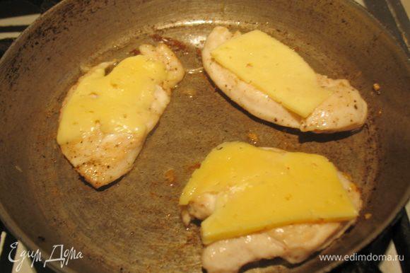 Пока булочки выпекаются займемся курочкой. Нарежем филе на кусочки. Посолим, поперчим по вкусу. Дадим немного промариноваться. Порежем сыр на кусочки. Обжарим курочку с двух сторон. На одну сторону кладем сыр и закрываем сковороду крышкой, чтобы сыр расплавился. Переложить на тарелку и дать отдохнуть.