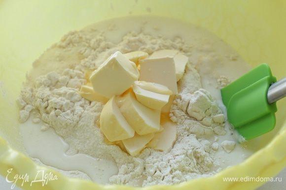 Муку просеять и смешать с мягким маслом, солью и сахаром. Вливая тонкой струйкой молоко, быстро замесить тесто.