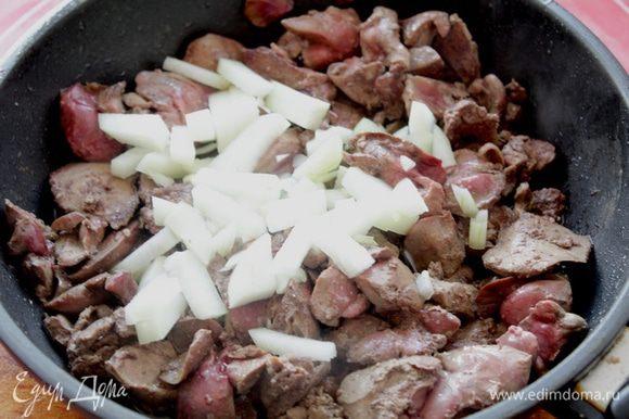 Печень и 1/2 луковицы обжарить на растительном масле до готовности.