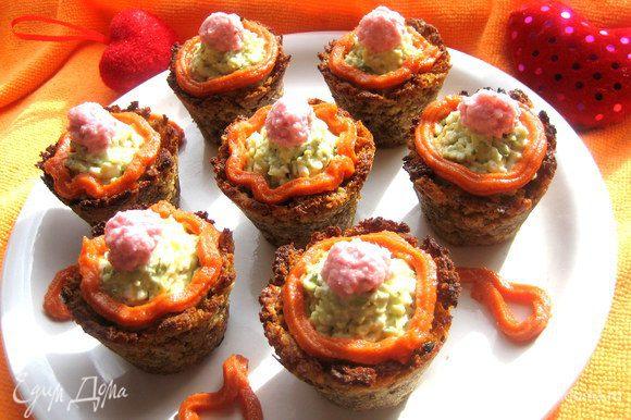 А также наполняла сырной начинкой и украшала креветочной пастой... http://www.edimdoma.ru/retsepty/58581-pirozhnye-v-hlebnyh-korzinochkah-s-syrom-dzhyugas