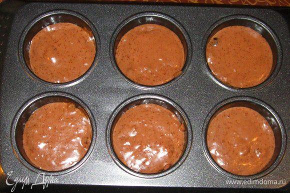 Ложкой разложить тесто в формочки для кексов. Выпекать 15 минут при температуре 180 градусов.