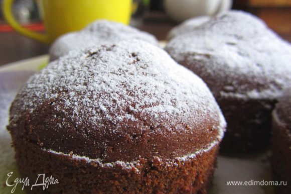 Готовые кексы присыпать сахарной пудрой.