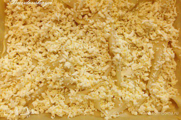 Сверху присыпать натертым сыром, накрыть следующим отварным пластом теста, смазать маслом и опять выложить сыр и так продолжить с остальными слоями до конца Ачмы. Если Вы хотите, чтобы верхний слой был хрустящим, то его не нужно отваривать. А если мягким, то его также необходимо отварить. В любом случае, последний слой необходимо смазать растопленным маслом.