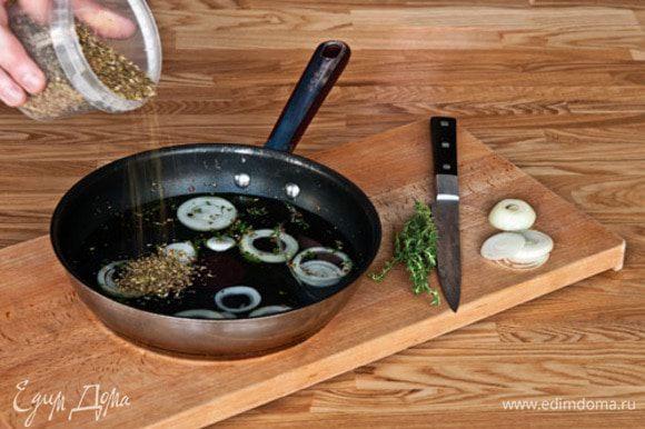 Положить все ингредиенты для маринада в сковороду и довести до кипения. Накрыть и тушить примерно 5 мин.