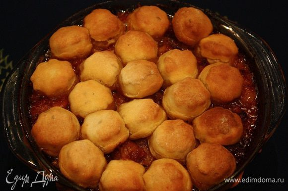 Подавать в горячем виде в том блюде, в котором готовили. Лучше брать прозрачное блюдо, тогда хорошо видна текстура приготовленного блюда. Приятного аппетита!!!