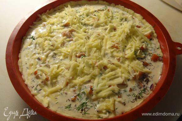 Присыпьте тертым сыром и отправляйте пирог в разогретую до 200° С духовку на 40 минут. Если верх пирога зарумянился раньше времени, прикройте его фольгой.