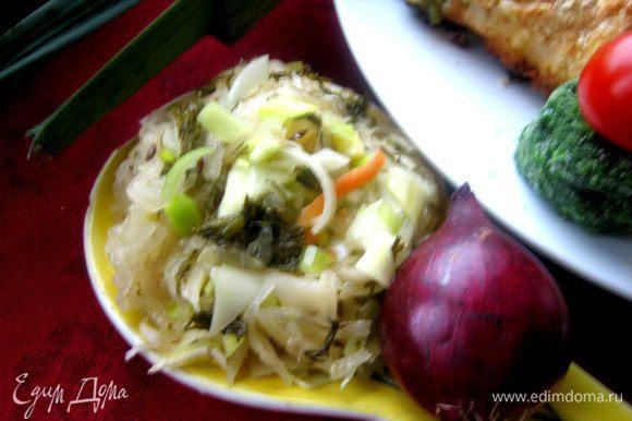 Подаём куриные рулеты с квашеной капустой с луком, укропом и оливковым маслом.