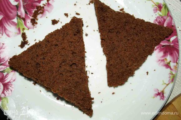 Если корж выпекался в большой форме, а не порционно, то его разрезаем на порции. Срезаем осторожно верх (1 см).