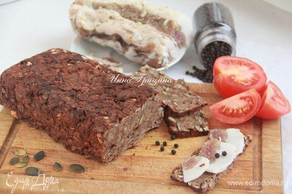 Хлеб остудить на решётке. Резать спустя 3-5 часов. Очень вкусно с салом и чесноком (к щам или борщу)