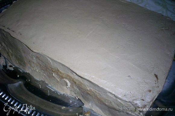 Затем кладем сверху второй пласт бисквита, срезом вниз. Его мы смазываем 1/3 частью шоколадного крема, затем повторяем слои: бисквит срезом вверх-прослойка-бисквит срезом вниз. Верх и бока торта обмазываем шоколадным кремом, выравниваем и украшаем по своему желанию. Я просто натерла сверху шоколадку. Отправляем торт в холодильник на ночь.