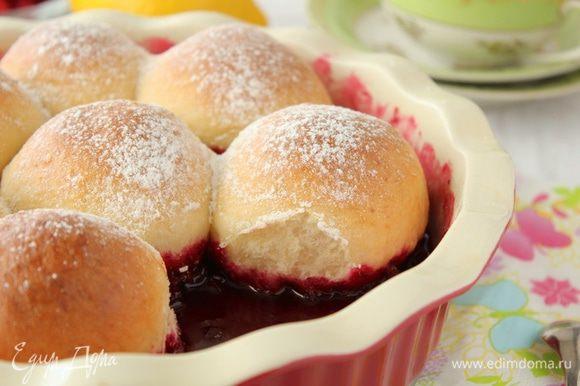 Выпекать булочки при температуре 180-200°С, 40-45 минут. Готовые булочки посыпать сахарной пудрой.