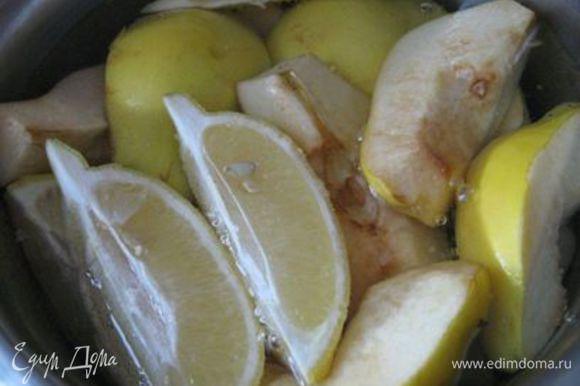 Залить холодной водой, добавить предварительно помытый, нарезанный на четвертинки лимон, и варить до мягкости (примерно 30 минут).