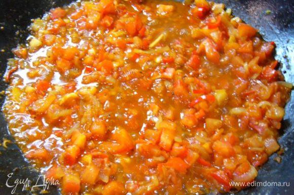 Добавить помидоры, тамариндовую пасту, соль, сахар (количество сахара нужно регулировать, все зависит от помидоров). Готовить 5 мин. Добавить 4 ст. л. воды, перемешать, положить рыбу. Дать ингредиентам соединиться в течение 3 мин.