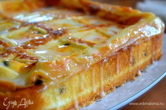 Достать сырник из духовки и дать полностью остыть. В идеале — поставить на ночь в холодильник. Как любой сырный торт-пирог (чизкейк), этот сырник подавать лучше всего охлажденным. Для глазури взбить венчиком сахарную пудру с лимонным соком. При помощи кисточки нанести на поверхность десерта и дать ей застыть.