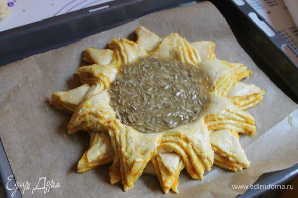 Выливаем нашу начинку. Смажем яйцом наши лепестки и ставим в духовку. Запекаем при 180°С 20 минут.