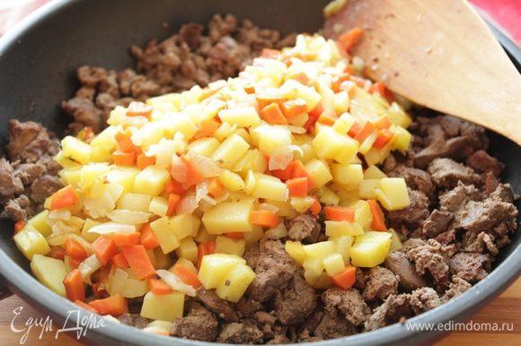 Морковь, лук, картофель порезать мелкими кубиками и обжарить отдельно до полуготовности. Добавить к печени.