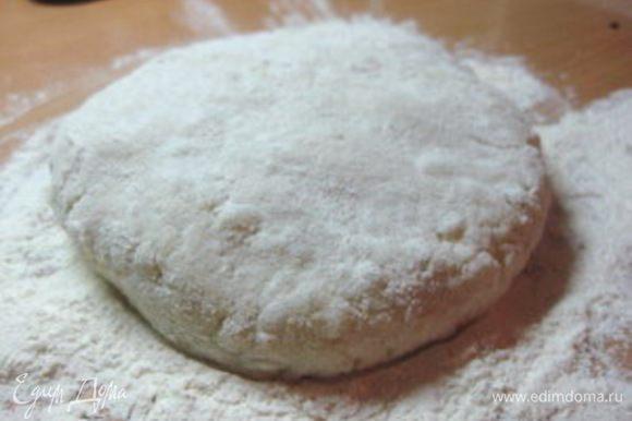 """Картофель отварить в """"мундирах"""", очистить и мелко натереть (или перекрутить на мясорубке), чтобы получилось однородное пюре. Добавить к нему муку, 1/2 ч. ложки соли и 1 яйцо, вымесить тесто."""