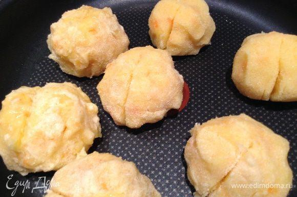 """Размять картошку с морковкой, добавить масло. сделать лепешку, в центр положить оливку и сформировать """"персик""""."""