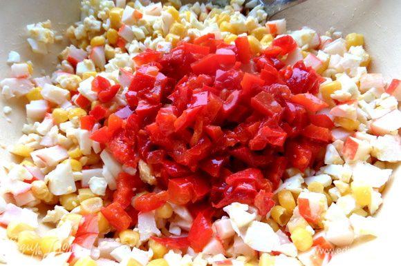 Вынимаем кусочки, даем стечь маслу и мелко крошим в салат. Он придаст лёгкую пикантность салатику, можно заменить маринованным огурчиком...