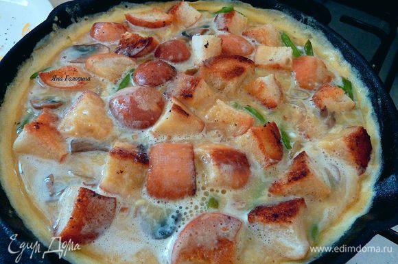 Разложить сверху тосты вдавливая в яйца почти полностью.