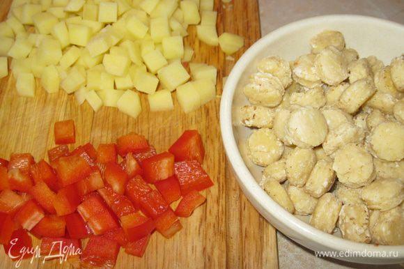 За это время нарезал кубиком картошку и сладкий перец, а еще порезал кружочком стручок красного чили. Положил все это в кастрюлю и залил литром горячей воды. Пусть варится. Чипетки добавлю, когда картошка сварится. Они варятся быстро, их готовность определяется также как и у пельменей. Всплыли – значит готовы.