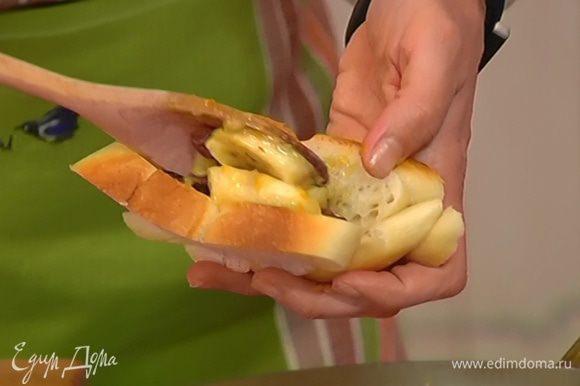 Наполнить кармашки фруктово-ягодной начинкой, затем окунуть их в яично-молочную смесь.