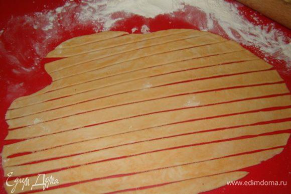 Раскатываем тесто и режим на жгуты. Жгуты теста окунаем в яйцо и посыпаем кунжутом (солью, перцем).