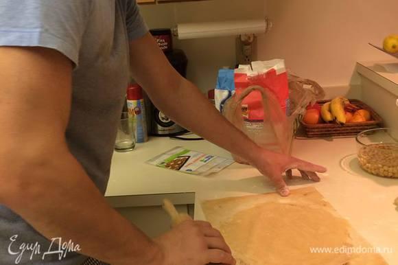 Далее разделите тесто на 12 частей, раскатывайте сразу на пекарской бумаге. Этим у меня занимался мой мужчина, его сильная рука тут была совсем кстати :) А у меня руки освободились для фотографий!