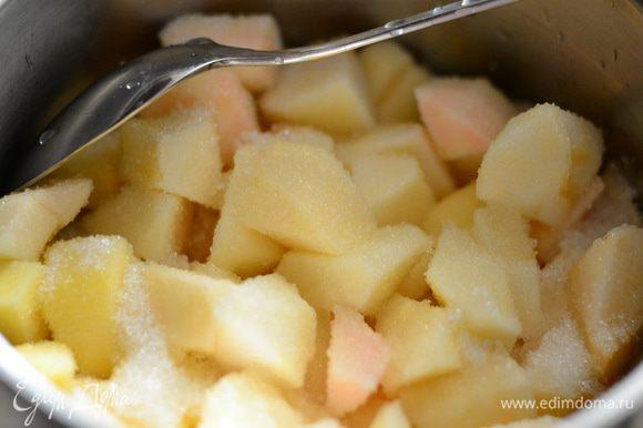 Пока взбиваются яйца, яблоки помыть, порезать на небольшие кусочки, засыпать 2-мя ст.л. сахара и полить 1 ст.л. лимонного сока.
