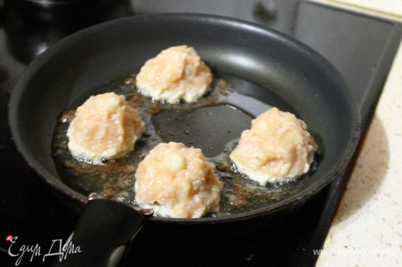 И сразу класть наши шарики на сковороду, с предварительно разогретым маслом. И обжарить со всех сторон.