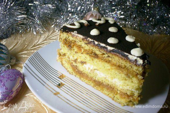 Отправляем торт настаиваться в холодильник. Минимум часов 5, лучше на ночь. Утром достаем наш торт. Отрезаем кусочек любимого лакомства и зовем всех на чаепитие! Приятного аппетита и веселых праздников!