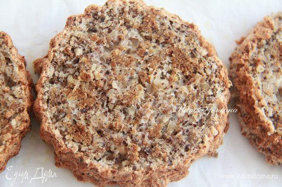 Полностью остывший бисквит (у меня бисквит отдыхал пару дней) разрезать на коржи. В следующий раз буду выпекать коржи по раздельности, просто намазывая тесто в 2 см высотой на антипригарном листе.