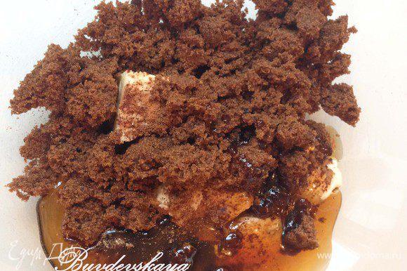 В большой миске смешать сливочное масло, мёд, сахар, соль, специи и молоко.