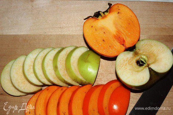 Хурму и яблоко помыть и нарезать тонкими ломтиками. Яблоки лучше брать кислых сортов - антоновка, симиренко и подобные. Хурма должна быть жесткой.
